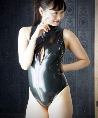 Kateslips: So you like my shiny black rubber style for swim lesson????!!
