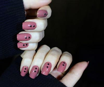 Minimalist Punk Manicure For Short Nails | How To Use Nail Art Studs?