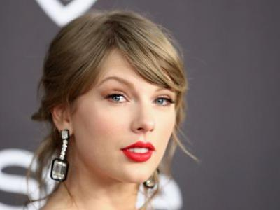 Taylor Swift Rocked Pink Hair and a Rainbow Romper for the iHeartRadio Awards