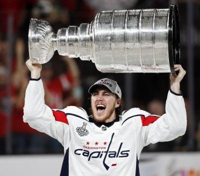 Caps' TJ Oshie shares Stanley Cup with Alzheimer's-afflicted father