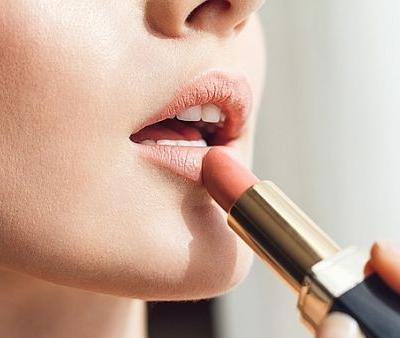 This Cult-Classic Nude Lipstick Rip-Off Gave One Woman a Horrible Allergic Reaction