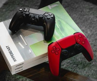 """Closer Look at PlayStation 5's DualSense Controllers in """"Midnight Black"""" and """"Cosmic Red"""""""