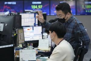 Global shares rise as Wall Street tech gain boosts optimism