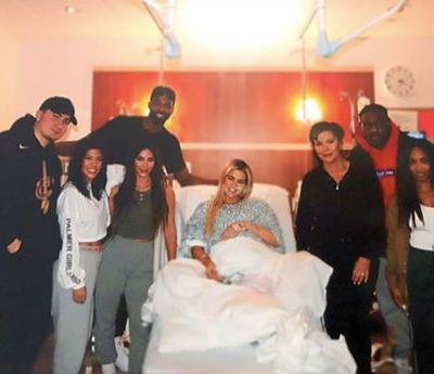 Khloe Kardashian's Family Photo After Giving Birth Is All Types Of Awkward