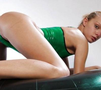 Wetswimsuitsextoy:This dance girl practice in new rubber style