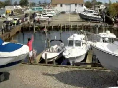 VIDEO: Bystanders, police pull couple from sinking car in Long Island canal