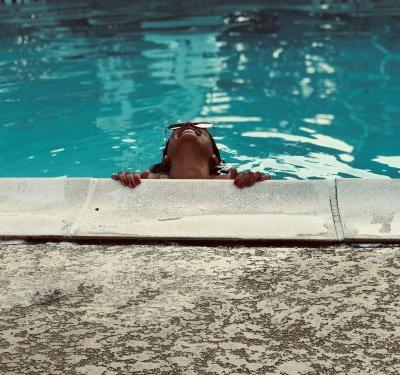 Hold Onto the Side of the Pool For This 10-Minute Kicking Workout