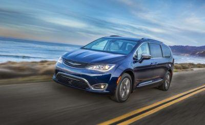 2017 Chrysler Pacifica Hybrid Goes 33 Battery-Powered Miles, Stymies Control Freaks
