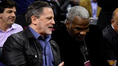 Charles Oakley exercises extreme pettiness, sits beside Dan Gilbert at Knicks-Cavaliers
