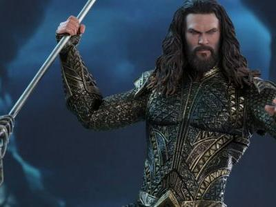Justice League Aquaman Hot Toy Rises Up from the Depths