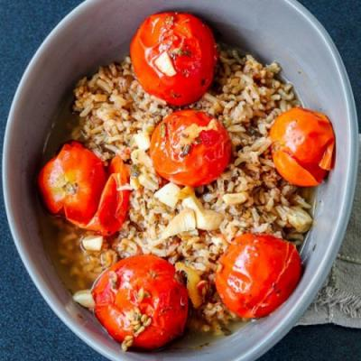 Simple pilau served with tomatoes