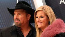 Garth Brooks Opens 2018 CMAs With Tribute To Thousand Oaks Shooting Victims