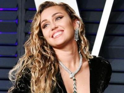 Miley Cyrus sets fire to Instagram with nude picture