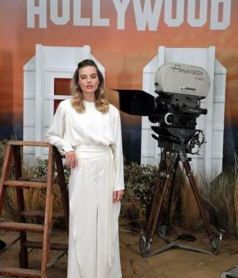 Margot Robbie's Old Hollywood Glam Look Has Me Feeling Some Type of Way