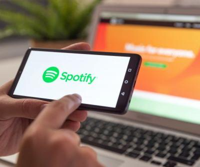 How to turn on shuffle on Spotify, using either your computer or phone