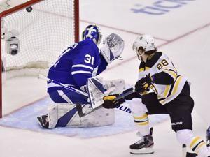 Bruins hold off Maple Leafs 6-4 to tie series
