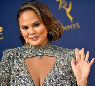 The Video Of Chrissy Teigen On New Year's Eve 2019 Being Poked In The Eye By Leslie Jones' Umbrella Is LOL