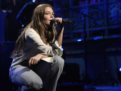 For Her 'SNL' Debut, Maggie Rogers Performs 'Light On' And 'Fallingwater'