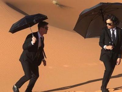 Thompson and Hemsworth Wander the Desert in New MIB Set Photo