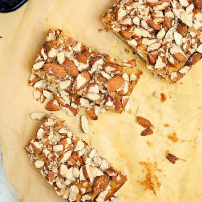 Corn cake with almonds