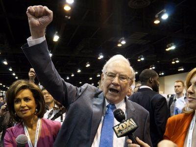 Warren Buffett's racked up a $1.6 billion gain in his Apple investment