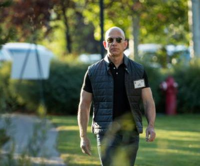 """Report: Bezos-hired sleuth suspects sexts stolen by """"government entity"""""""
