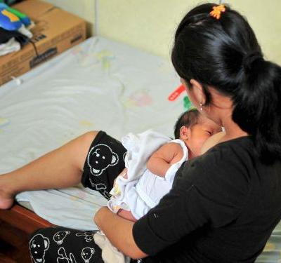 Breastfeeding is better for babies' weight than pumped breast milk, according to a new study