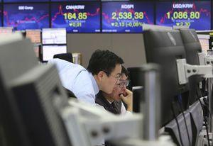 Global stocks slightly lower after Fed minutes release