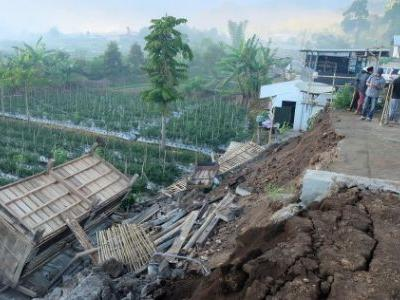 Hundreds Trapped, 14 Dead After a Massive Earthquake Struck an Indonesian Tourist Island