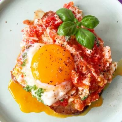 Toast with Egg and Tomatoes