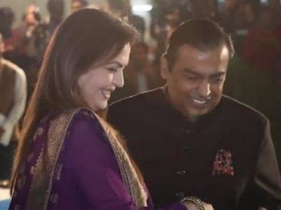Witty Mukesh Ambani nails rapid fire at daughter Isha's sangeet. Watch video