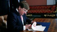Mississippi Governor Signs Bill Abandoning State Flag With Confederate Emblem