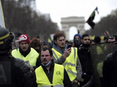 Scuffles at Paris yellow vest protests on 13th weekend