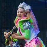 JoJo Siwa Shut Down a Homophobic Mom With 4 Letters, and I'm in Awe