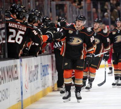 Hurricanes snap Ducks' 5-game win streak with 4-1 victory