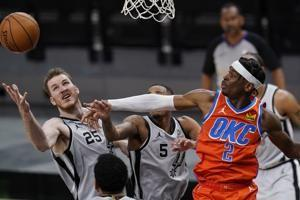 Gilgeous-Alexander has 33, helps Thunder rally past Spurs