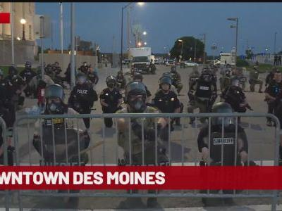 Police Officers Take a Knee With Protesters in Des Moines