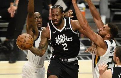 Clippers' Kawhi Leonard sprains right knee, out for Game 5 vs. Jazz