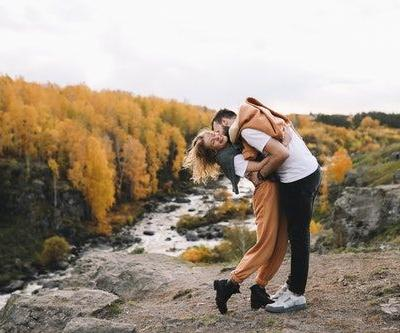Best Fall Picture Ideas For Couples That Are Anything But Basic