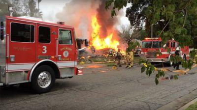 1 killed, 5 injured after small plane crashes into houses in California