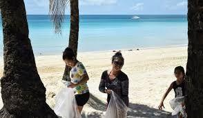 The skies of southern Thailand clears up, tourists participate in beach cleanup program