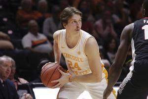 Bowden helps No. 3 Tennessee pound Georgia 96-50