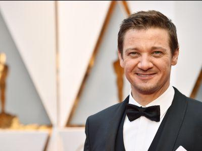 The cutest Oscar moment so far is Jeremy Renner secretly high-fiving his daughter