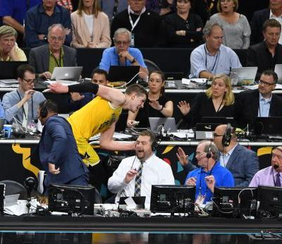 Final Four: Michigan star Moe Wagner breaks Bill Raftery's glasses in chase for loose ball