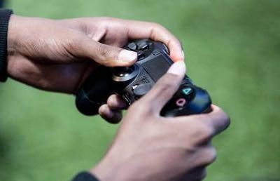 Texas cop resigns & may face charges after shooting and killing a woman playing video games with child in her own home